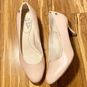 Comfortable nude/rose colored heels